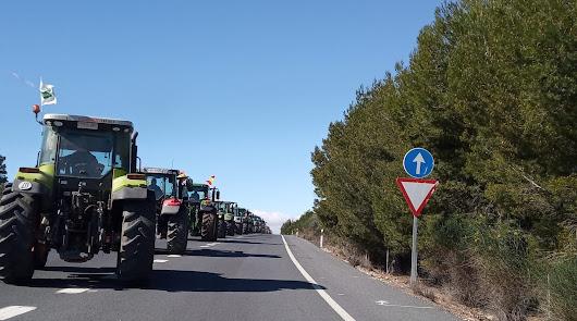 Tractores de Almería y Granada se unen para protestar: cortan la A-92