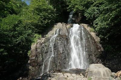 In kurzen Abständen bieten Wasserfälle, Bäche oder Quellen die Gelegenheit die Wasserflaschen aufzufüllen.