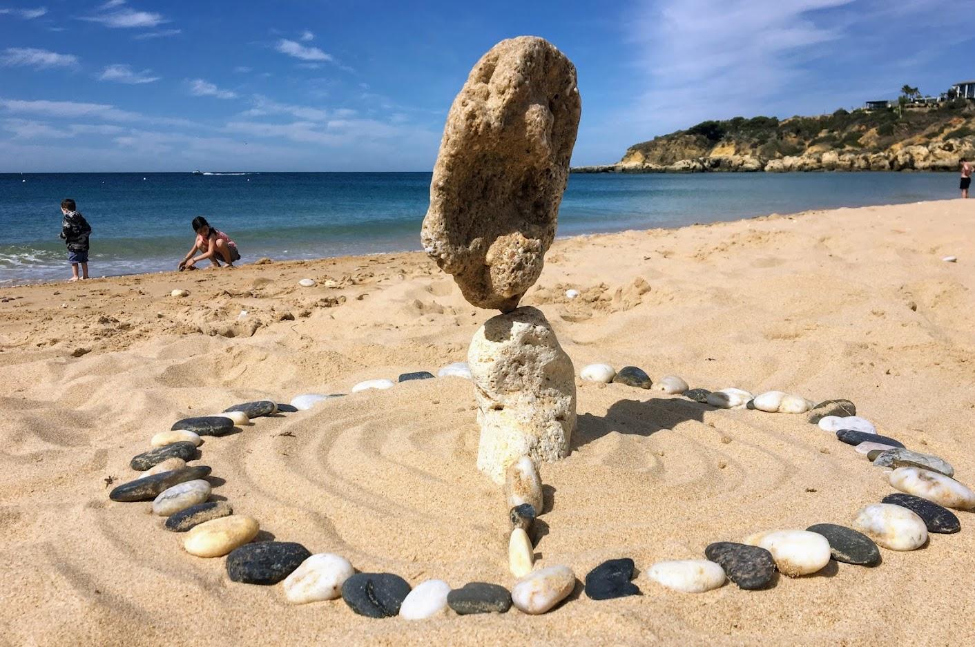Stone Balancing a Praia da Oura Portogallo