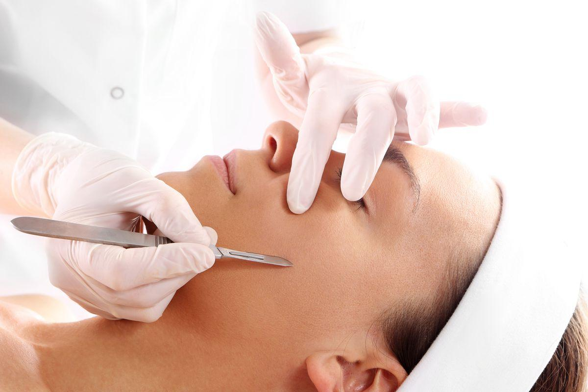 Facial dermaplaning — benefits, risks of this skin care trend ...