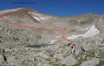 Photo: A partir de aquí nuestro camino transcurre entre bloques de roca y piedras.