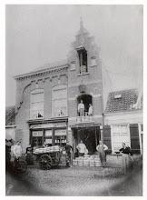 Photo: 1900 kaashandel Voeten aan de Heilaarstraat: De man uiterst rechts is opa Voeten.Links met fiets wrs. slager Speek.Achter de kar staat Mie Voeten (tante).