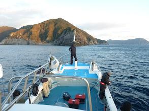 Photo: 風が吹いてるので、最初は、島影を攻めてみましょ!