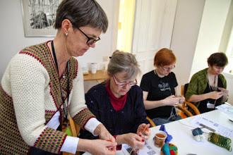 Photo: Hela lördagen var full av workshops: här är det tvåändsstickning med Maria Gustafsson.