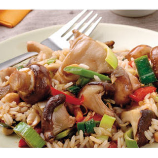 Zoete Sojarijst met paddenstoelen, knapperige groenten en pinda's