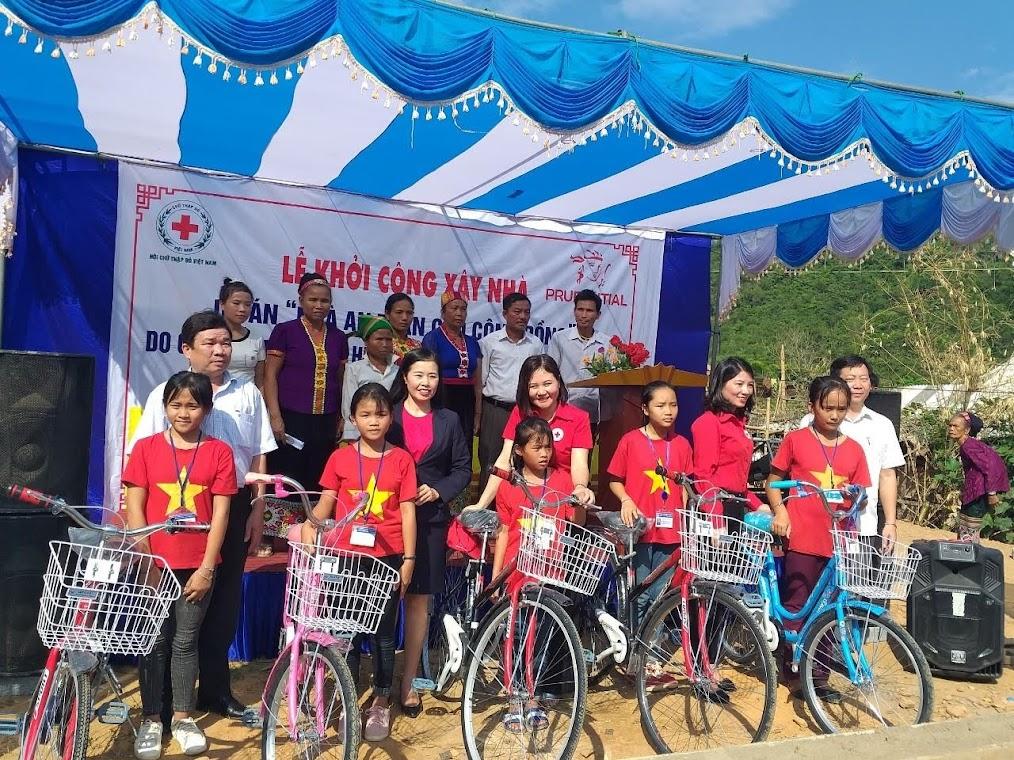 Tại chương trình, Hội Chữ thập đỏ tỉnh Nghệ An và Hội Chữ thập đỏ huyện Tương Dương cũng trao 5 chiếc xe đạp, 6 suất quà cho các gia đình nghèo, học sinh có hoàn cảnh đặc biệt khó khăn trên địa bàn; với tổng kinh phí 14 triệu đồng.