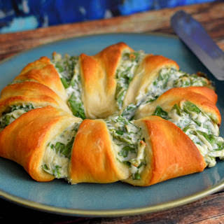 Spinach Dip Crescent Roll Ring [Vegan].