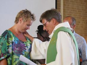 Photo: Ds. Willemien Keuning gaf de reiszegen mee aan Mariëlle, Angelaure en Erik, die 4 juli 2014 naar Haïti zullen vertrekken.