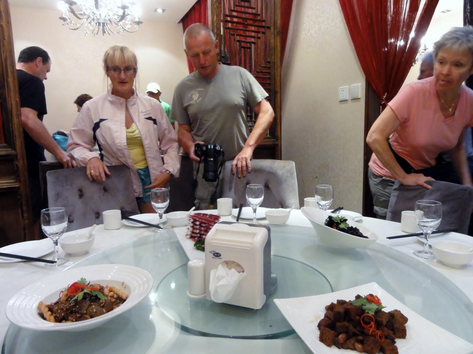 Photo: Aan tafel!