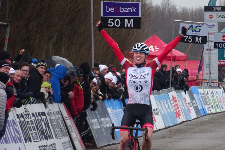 Regen doet intrede in Antwerpen: Julie De Wilde wint bij junioren dames, kampioene bij nieuwelingen grote revelatie