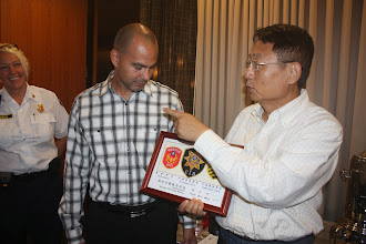 Photo: Commissioner Chiang presents a gift to from Hsinchu City Police Bureau.