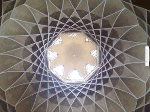 Photo: نمايي از سقف اتاق مياني عمارت