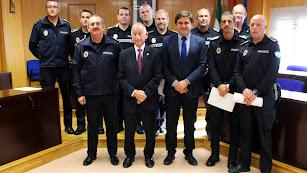 Los agentes, con el alcalde, el concejal  y el intendente mayor de la Policía Local.