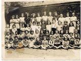 Photo: Paris 4è: école de filles, rue Poulletier,1942 Qui reconnait des enfants? Les enfants habitant 10-12 rue des Deux-Ponts y figurent  aussi Dora Bender est devant avec un petit nœud dans les cheveux
