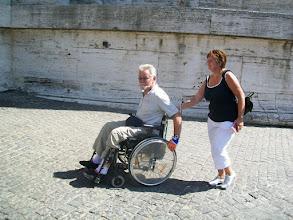 Photo: 35e dag, woensdag 19 augustus 2009 Prima Porta Rome Temp. max.: 38 graden, Wind: - Bft. Windrichting: -. Weerbeeld: zon, warm. Dagafstand 45 Totaal gereden 2293 km . Marja en Jan komen voor het eerst op het plein.
