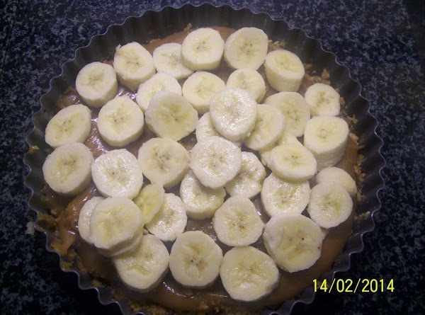 Now add to your digestive base the caramel sauce and then the chopped banana's...