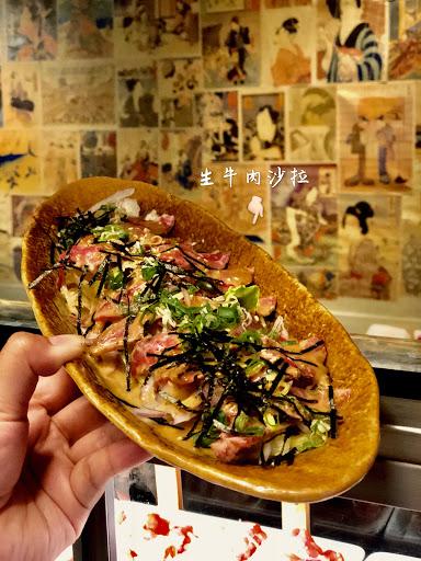 生牛肉沙拉搭配油花漂亮的pr牛小排,新鮮爽口生菜,淋上店家自製胡麻醬,爽口不膩!太適合夏天了