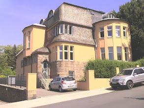 Photo: Die Villa ist heutzutage eine Einrichtung für Betreutes Wohnen. Im Hintergrund links befindet sich der Stadtgarten.