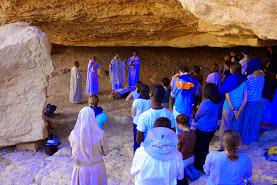 Photo: messe sous le rocher