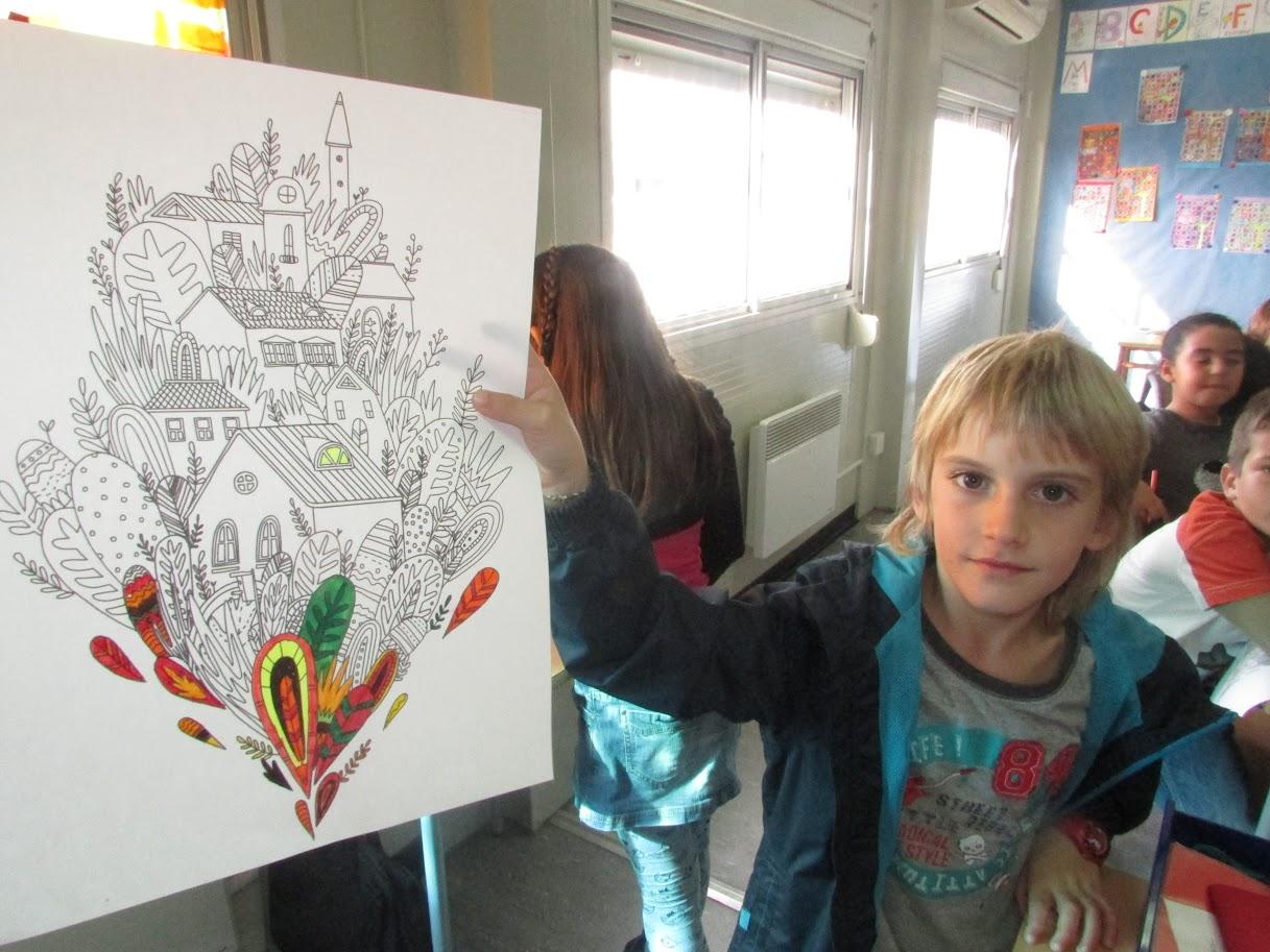 Alumne ensenyant la seva creació artística.