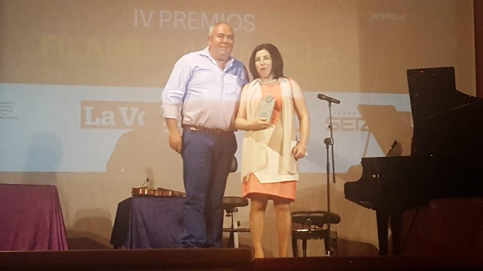 Nuria Contreras, presidenta de la Asociación Comarcal de Integración Filabres-Alhamilla, con el premio Asociacionismo.