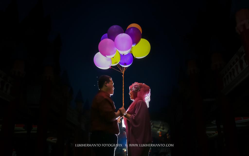 foto prewedding hijab dengan balon romatis