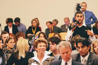 Photo: Schüler und Studenten stellten Fragen zu verschiedenensten Gebieten, hier zum Iftar-Dinner des US-Botschafters (http://german.germany.usembassy.gov/2009/09/14/iftar/)
