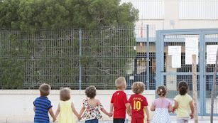 Algunos de los niños que se han quedado sin plaza en el colegio de Retamar