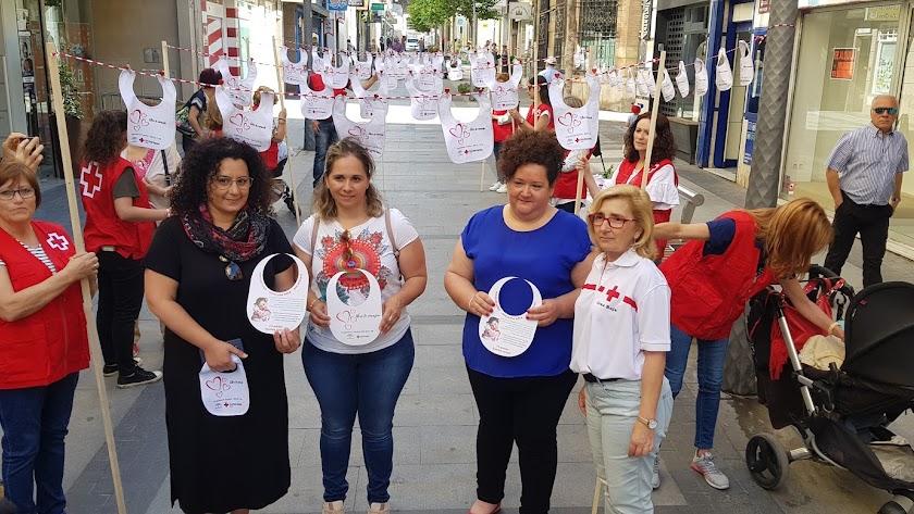 Baberos solidarios para concienciar a la sociedad en el Día de las Familias.