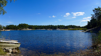 Photo: You can cross the channel between Ingmarsö and Finnhamn with a rowing boat (on the left).