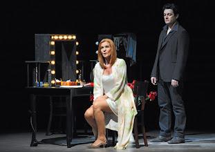 Photo: LES CONTES D'HOFFMANN im Theater an der Wien. Regie: Roland Geyer. Premiere: 4.7.2012. Marlis Petersen, Arturo Chacon-Cruz.  Foto: Barbara Zeininger