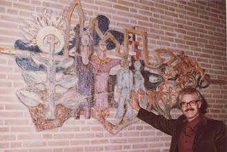 Photo: Reliëf i.o.v. de directie van een bejaardencentrum te Schiedam, afgebeeld ouderen in het leven. ca. 1972, afgbeeld mensen, kinderen, boom, christelijk kruis, pastor of dominee open armen, ster, geometrie.