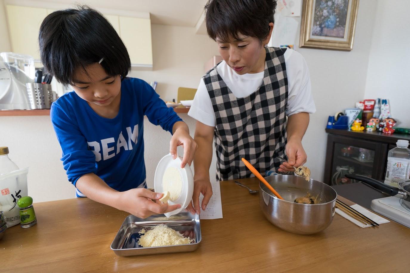 黒千石のチキンナゲット:高野豆腐をすりおろす