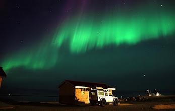 Photo: Uno dei nostri Land Rover Defender 110 AT37 in posa notturna. Costa Sud d'Islanda. www.90est.it/islanda-aurora-boreale.html