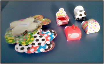Photo: Forminhas e caixinhas decorativas para doces. Enorme variação de formatos e cores.