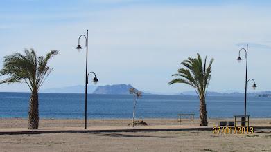 Photo: Här är strandpromenaden, hit ner går vi ofta bara för att sitta på bänkarna och njuta av pensionärslivet.  Dessutom är det en lagom promenad för Zita sedan vilar hon innan vi går hem igen.  Men idag vänder vi inte hemmåt efter vilan....