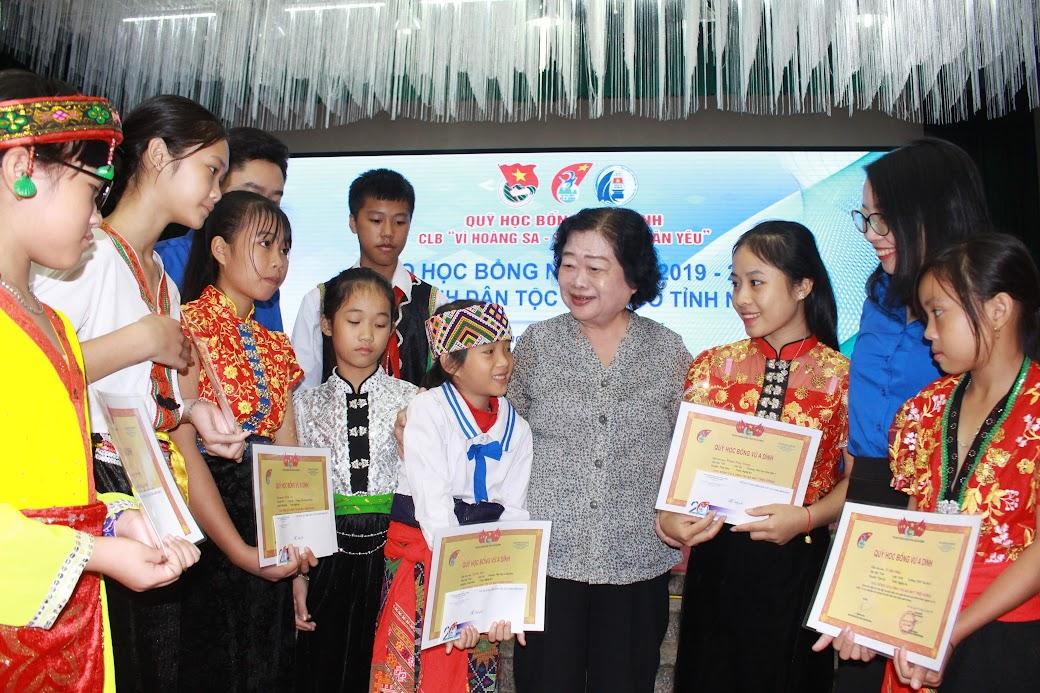 Nguyên Phó Chủ tịch nước Trương Mỹ Hoa thăm hỏi, trò chuyện với các em học sinh dân tộc thiểu số tỉnh Nghệ An