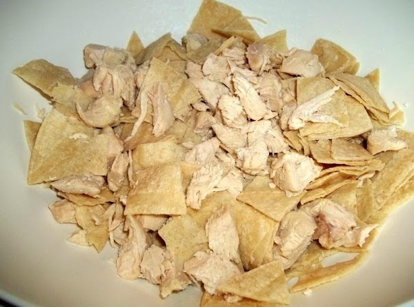 In a bowl, add the chicken and tortilla's.
