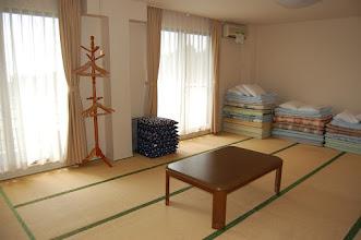 Photo: 302号室 和室8名部屋 テレビ有、エアコン有、冷蔵庫有、 トイレ有、バスルーム有、コタツ有、最大10名まで対応可