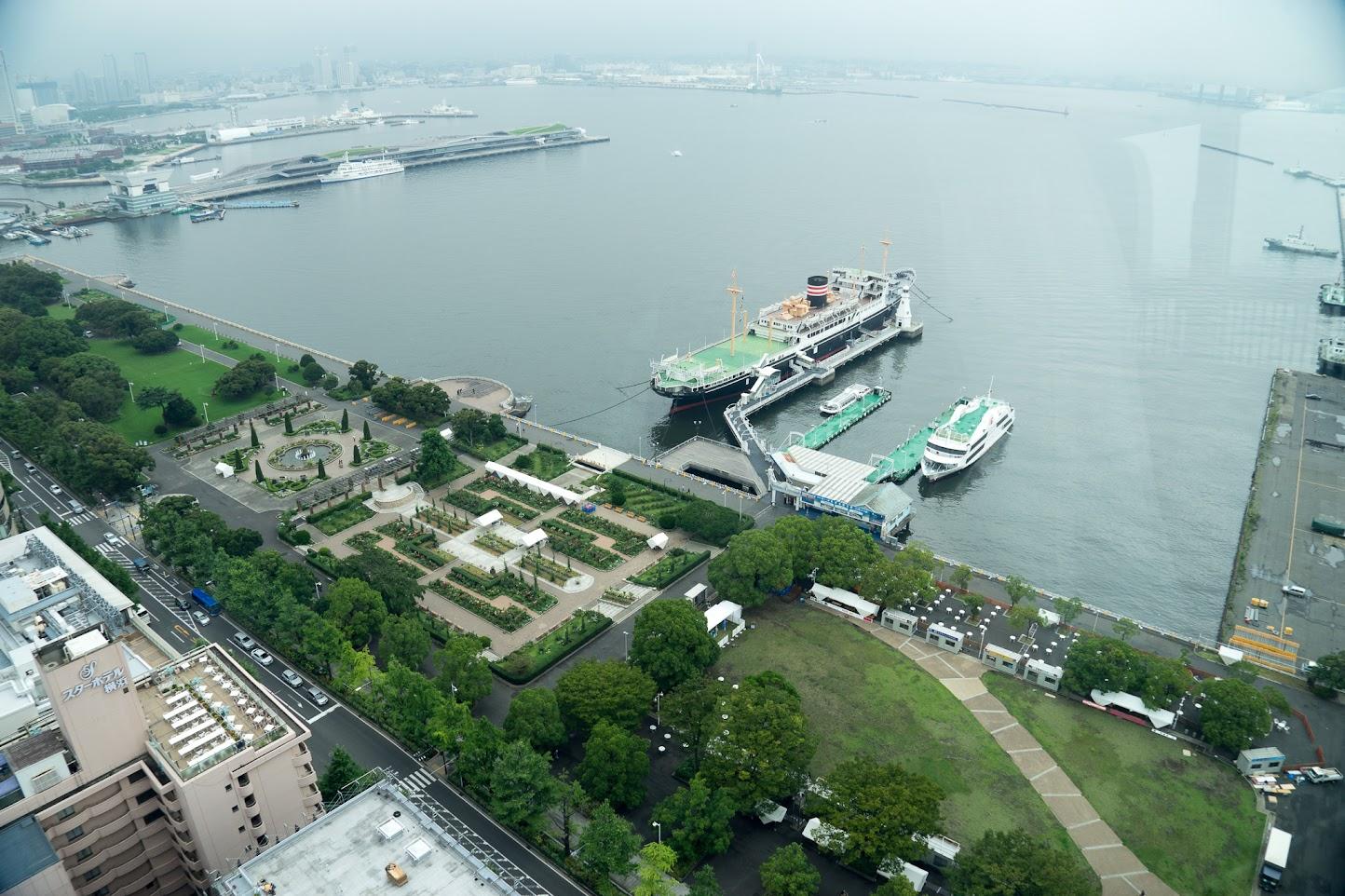 山下公園前の広がる横浜港
