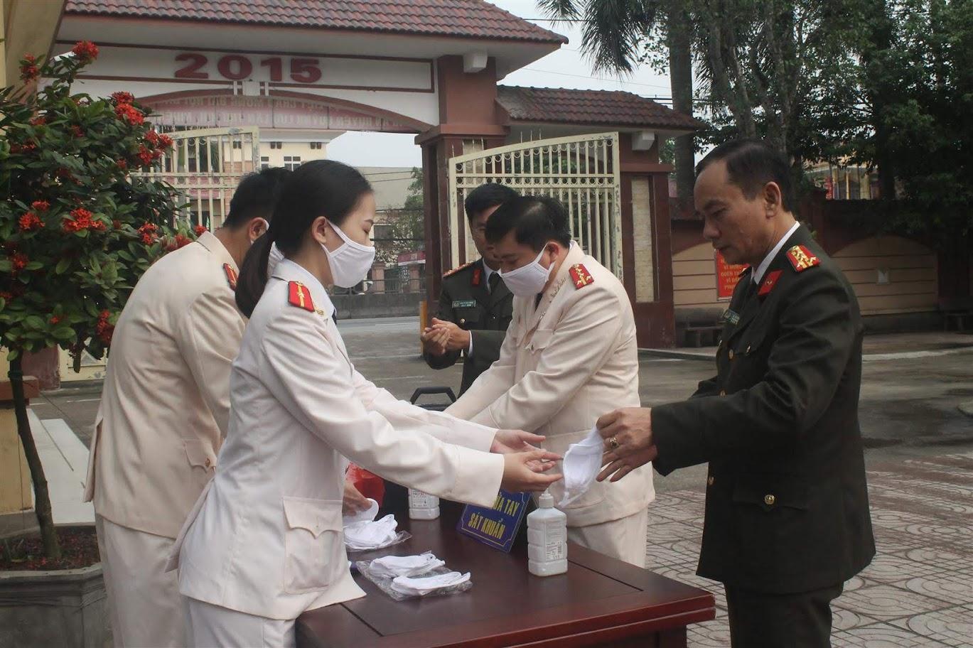 Các đại biểu rửa tay sát khuẩn, phát khẩu trang trước khi vào khai mạc Đại hội