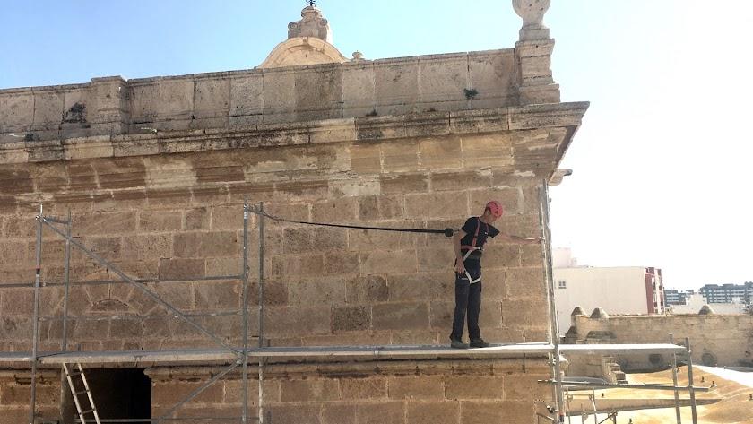 Un trabajador colocando andamios en las obras del campanario de la Catedral.