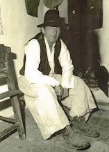 Photo: Idős Kolocsics Mihály (1933–2000) a tájházban. Öltözete: kalap, ümög-ing, mellény, gatya, bakancs