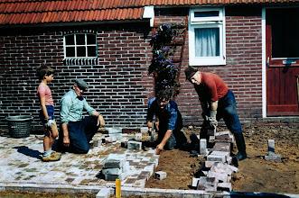 Photo: Straat leggen v.l.n.r. Gert van Os, Klaas Hadderingh, Albert Koerts en Evert Supèr