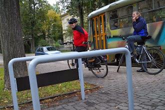 Photo: Město Liberec ve spolupráci s dobravním podnikem instalovalo u některých zastávek MHD stojany na kola a informační tabule.