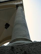 Photo: Kolumny ustawione tuż przy wejściu do kościoła w Mysłakowicach. Zostały one przywiezione z Włoch z miasta Pompeje, które zostało zalane przez wulkan w 79 r. n.e.. Są wykonane z marmuru. Jest to podarunek od króla Neapolu. Kolumny po dzień dzisiejszy są w dobrym stanie.