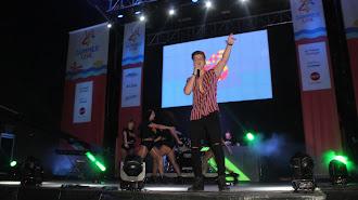 El cantante pulpileño Aitor Sáez durante su actuación en Los40 Summer Live.