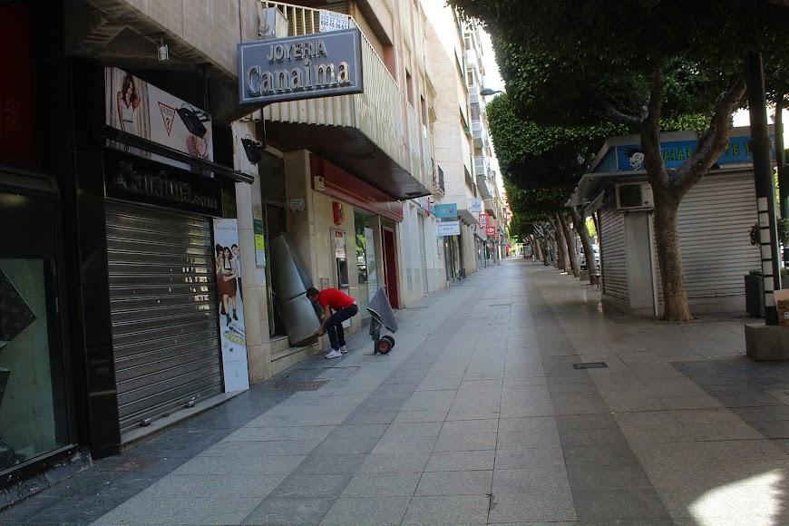 En el Paseo de Almería, transportando un figorífico.