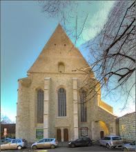 Photo: Cluj-Napoca - Str. Mihail Kogalniceanu, Nr.16 - Biserica Reformata Centrala sau Biserica-Cetate  – monument istoric Construita intre anii 1486 – 1510, cu sprijinul regelui Matia Corvin. A apartinut initial calugarilor minoriti-franciscani, la sfarsitul secolului al XVI-lea este donata calugarilor romano-catolici iezuiti si Universitatii fondate de ei aici. La acest colegiu a studiat si fiul lui Mihai Viteazul, Nicolae Patrascu. In 1622, biserica intra in posesia credinciosilor reformati, insa la scurt timp este afectata de o explozie a prafului de pusca depozitat in Bastionul Croitorilor. Repararea ei va avea loc in perioada 1638 – 1645, iar in 1646 sculptorul Elias Nicolai din Sibiu si pietrarul Benedick Mueck realizeaza amvonul in stilul Renasterii din Transilvania, o piesa de o rara frumusete.Orga dateaza din 1766 si este a doua orga ca marime, dupa cea a Bisericii Negre din Brasov, biserica fiind renumita pentru acustica sa deosebita -  2018.01.31 sursa info  https://cluj.com/articole/biserica-reformata/