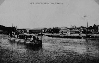 Photo: Os barcos engalandos o día de San Bieito, subindo ata Monteporreiro, onde se celebraba a Romaría, debaixo do Mosteiro de Lérez, por onde pasa o tren por riba do río.